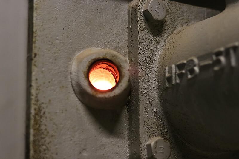 タイルを焼く窯に火を入れる
